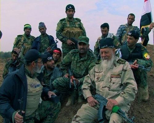 (ثمانينيّ) إلى جنبِ أولادِهِ وأحفادِهِ يروِيْ عنْ بطولاتِهِمْ فيْ تحريرِ المناطقِ السّاخنةِ منْ براثنِ كيانِ داعشَ الإرهابيِّ