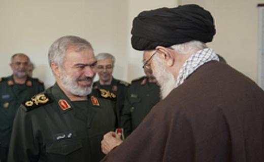 قائد الثورة الاسلامیه یقلد قادة القوات البحریة فی الحرس الثوری وسام الفتح
