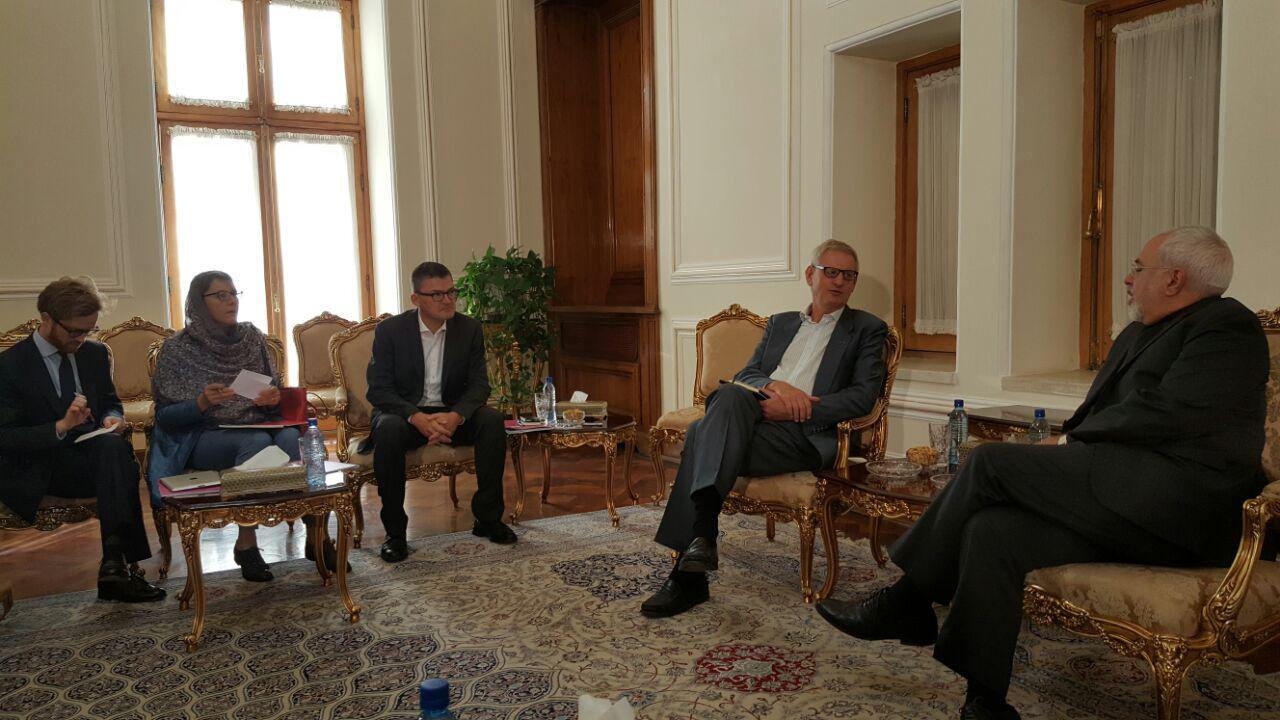 ظريف يستقبل وزير خارجية السويد الأسبق