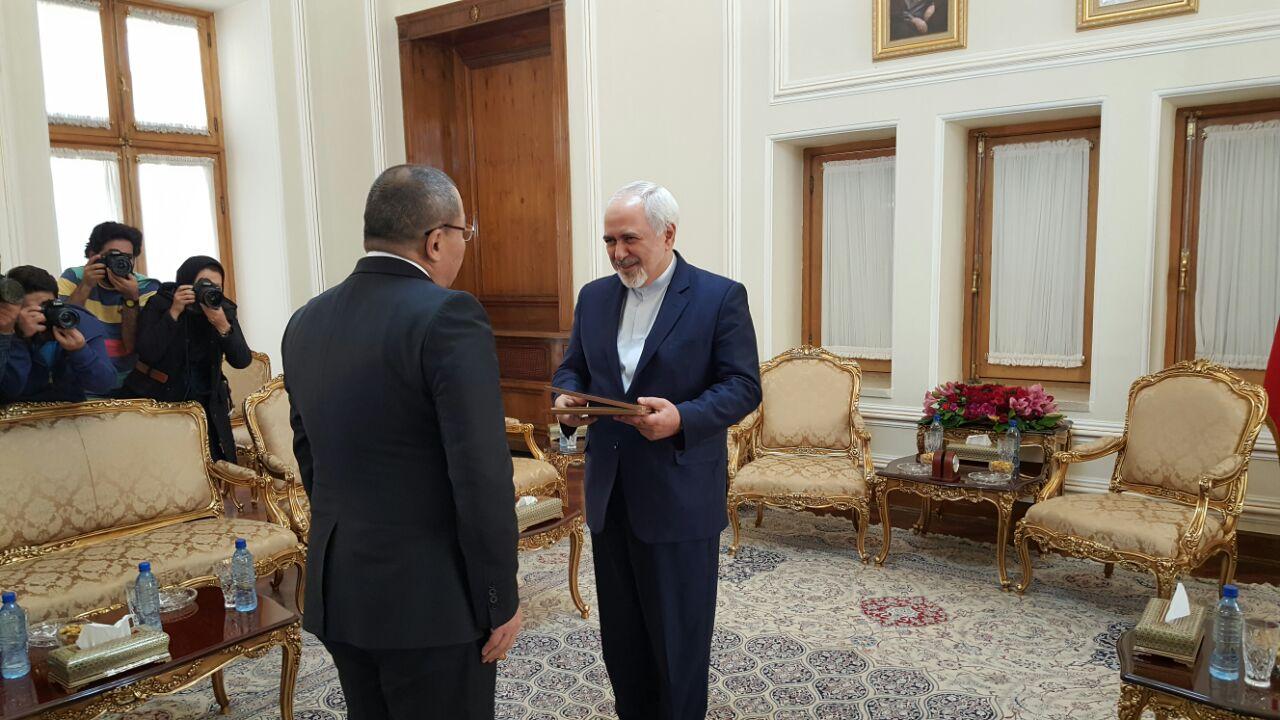 ظريف يتسلم نسخة من اوراق اعتماد السفير القرغيزي الجديد