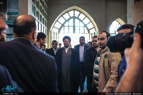 بالصور …حفيد المؤسس الجمهورية الاسلامية يدلي بصوته في الإنتخابات