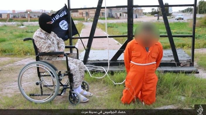 بالصور: جزار داعش الجديد معاق!