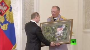 العسكريون الروس الذين قاتلوا في سوريا يقدمون هدية فريدة لـ بوتين!