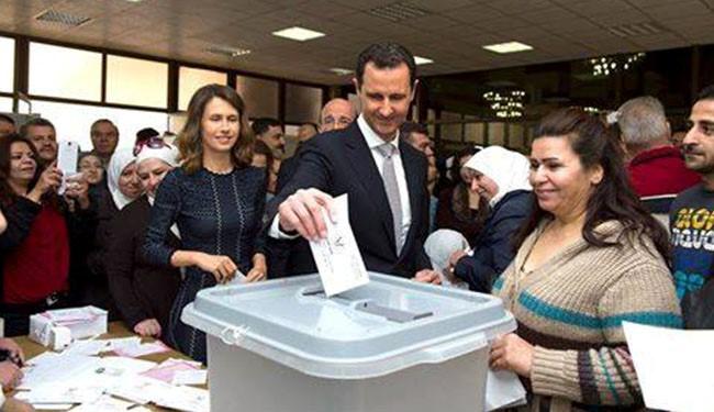 الرئيس الأسد وعقيلته يدليان بصوتهما في مركز وسط دمشق