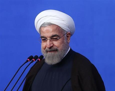 روحاني يهدي درعاً تكريماً لمقيمي حفل الشهيد رجايي