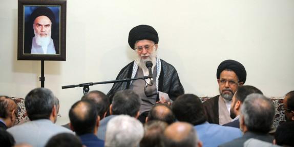 آیة الله خامنئی: وضع خط الفاصل مع أمیرکا هو من أهم مبادئ الامام الخمینی و الثورة الاسلامیة