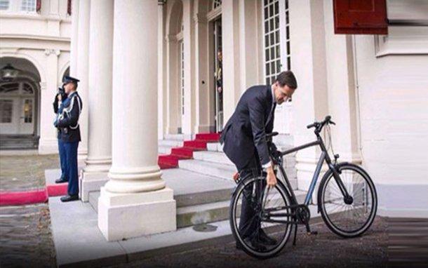 بالصور .. رئيس وزراء هولندا يذهب للقاء الملك بالدراجة الهوائية