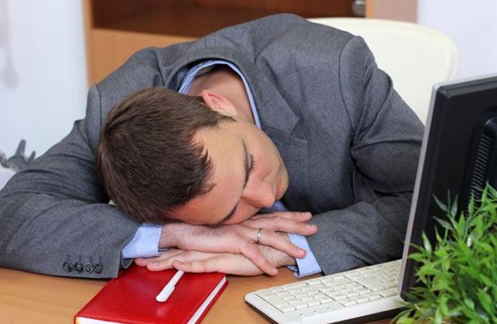 هل تعلم أن القيلولة أثناء العمل دواء لداء الحرمان من النوم؟