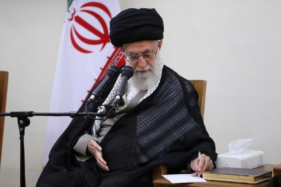 الإمام الخامنئي يوافق على اقتراح عفو وخفض عقوبات عدد من المدانين