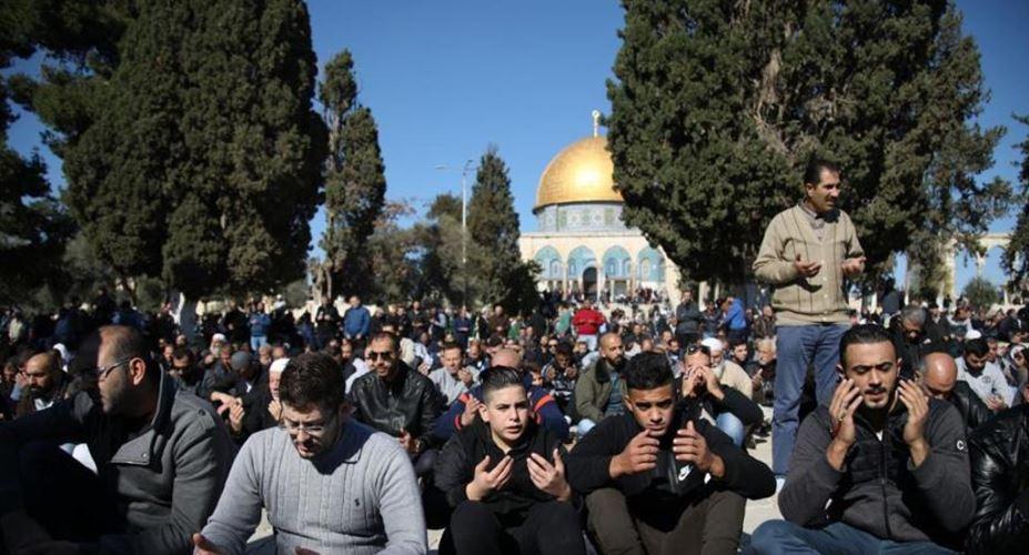 نحو 27 ألف فلسطيني أدوا الصلاة في المسجد الأقصى (عزام الخطيب للأناضول)