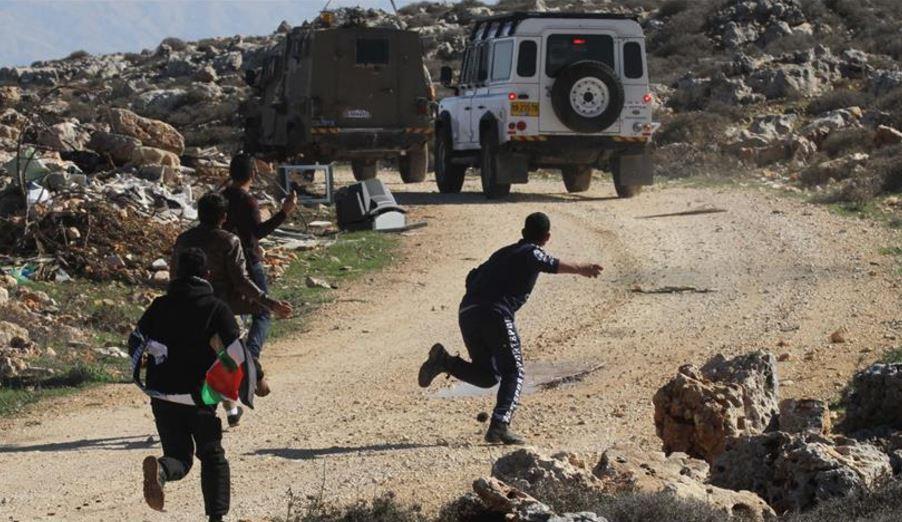 إصابة 13 فلسطينيا بجراح و52 بالاختناق في الضفة الغربية