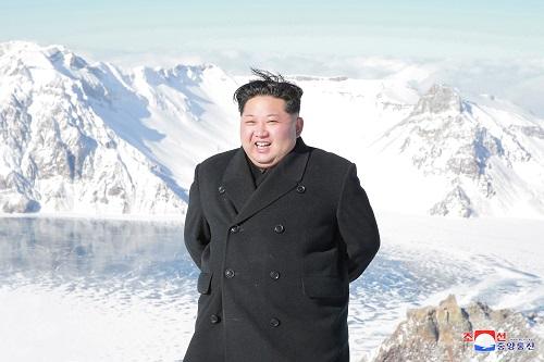 بالصور..زعيم كوريا الشمالية يقف وسط الثلوج على أعلى قمة جبلية فى بلاده