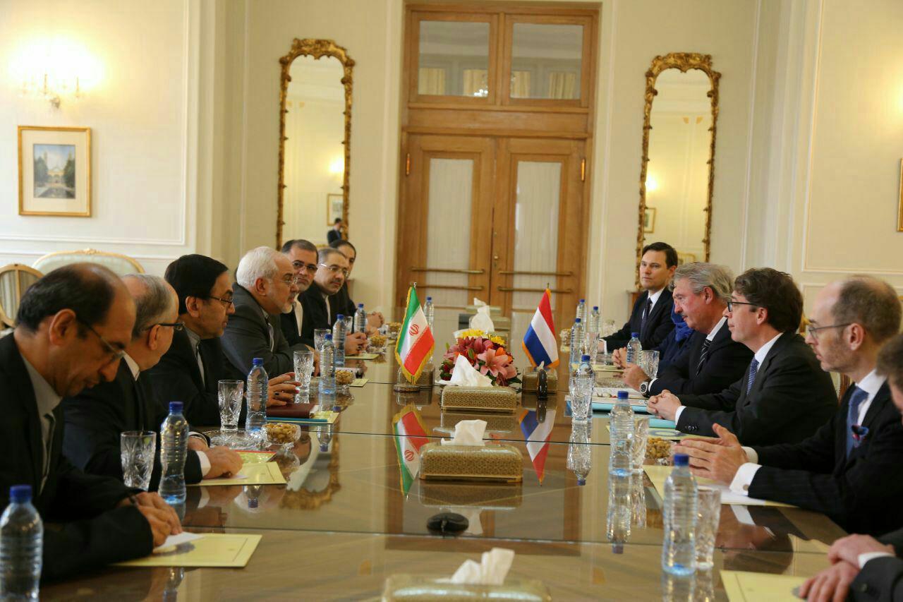 ظريف يؤكد عزم ايران على تطوير التعاون مع دول الاتحاد الاوروبي