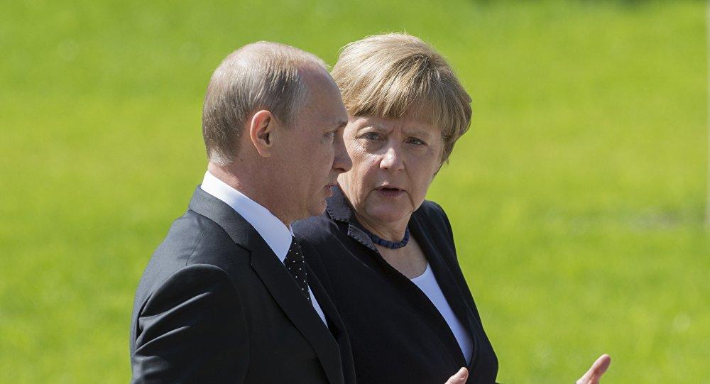 بوتين وميركل يبحثان الوضع المتدهور في دونباس