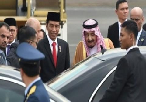 ألف شخص ترافق الملك سلمان في زيارته إلى إندونيسيا