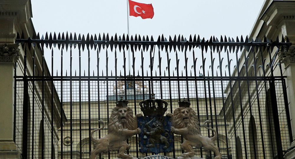 متظاهرون أتراك ينزلون علم هولندا عن قنصليتها في إسطنبول