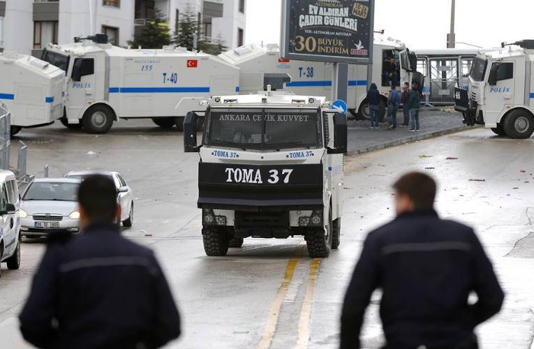 بالصور.. الأمن التركى يغلق مدخل ومخرج السفارة الهولندية فى العاصمة أنقرة