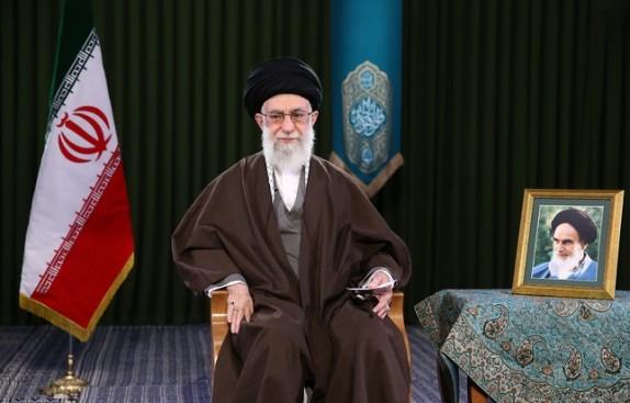 قائد الثورة الإسلامية يقوم بإلقاء خطاب في حرم الإمام الرضا (ع)
