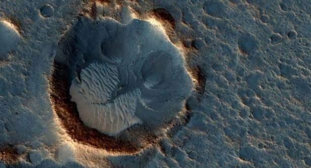 اكتشاف حفرة على سطح المريخ سببها
