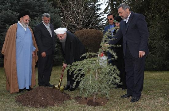 الرئيس روحاني يغرس شجرة في مجمع سعد اباد التاريخي - الثقافي