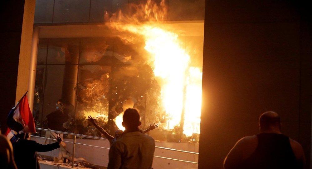باراغواي تشتعل...متظاهرون يحرقون البرلمان...والرئيس يعلق