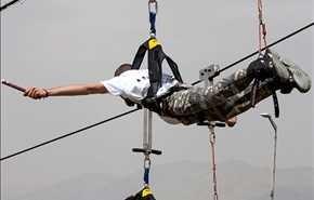 بالصور.. رياضة الانزلاق على الحبل وجسر مشاة معلق في برج ميلاد بطهران
