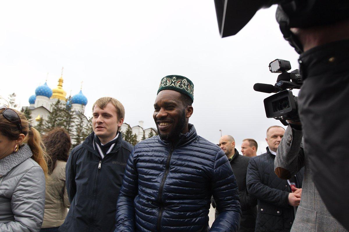 بالصور .. ماذا يفعل رونالدينيو في روسيا؟!