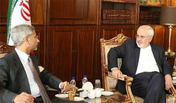 ظريف يؤكد على إزالة العقبات التي تعيق تنمية التعاون المصرفي بين ايران والهند