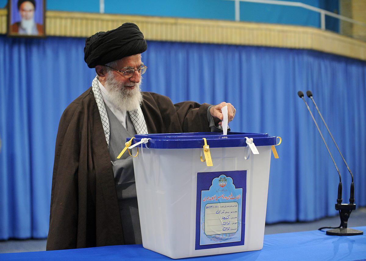 قائد الثورة الاسلامیة یدلی بصوته فی الدقائق الأولي من بدء التصویت للإنتخابات