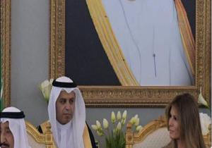 شاهد.. مترجم الملك سلمان يختلس النظر لزوجة ترامب!