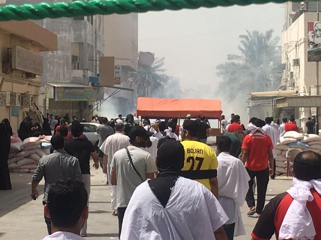 القوات البحرينية تقتحم منطقة الدراز ووقوع عدد من الجرحى
