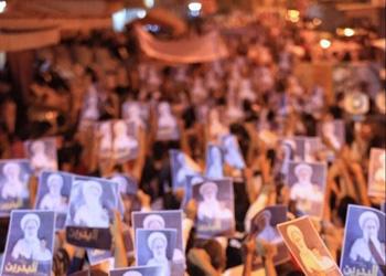 بالصور.. متظاهرون بالاكفان أمام منزل آية الله قاسم في الدراز والقوات البحرينية تحشد