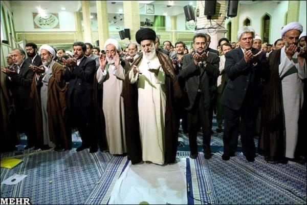قائد الثورة الإسلامية يؤم صلاة الظهر والعصر كل يوم حتى نهاية شهر رمضان الفضيل