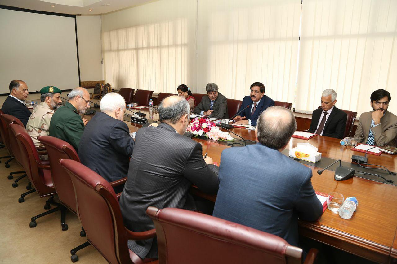 وزير الخارجية الايراني يلتقي مستشار الامن القومي الباكستاني
