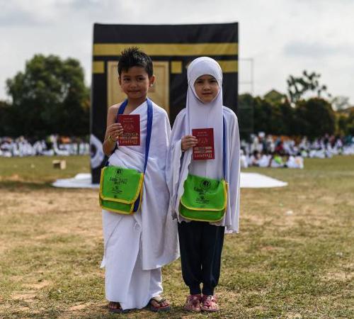 أطفال ماليزيون يتدربون على مناسك الحج+ بالصور