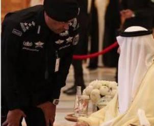 الحارس الشخصي للعاهل السعودي يُثير الجَدل بساعة يَدِه