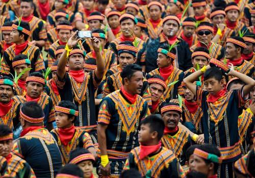 بالصور.. احتجاجات بالرقص لأكثر من 10 الآف شخص فى إندونيسيا