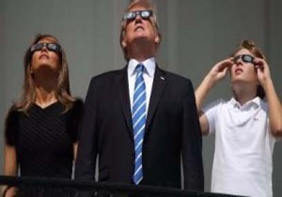 بالصور.. ترامب يخالف الجميع ويشاهد كسوف الشمس بدون نظارة
