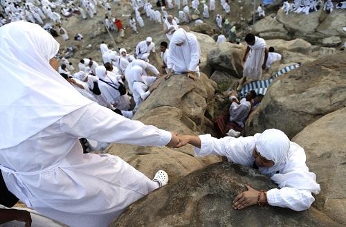حجاج بيت الله الحرام يتوافدون الى صعيد جبل عرفة لأداء الركن الأعظم+ صور