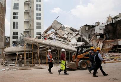 بالصور...عمال الإنقاذ يبحثون عن ناجين زلزال المكسيك