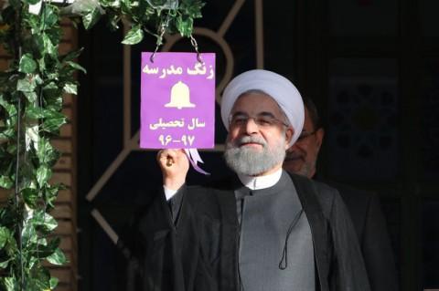 روحاني يدق جرس احدى المدارس ايذاناً ببدء العام الدراسي الجديد