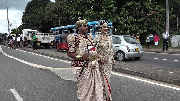 عروس سيريلانكية ترتدي فستانا بطول 3 كيلومترات في زفافها + صور