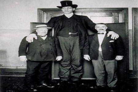شاهد بالصور: أطول رجل في التاريخ .. لن تصدق ما تراه