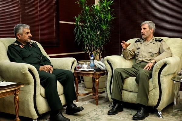 بالصور.. وزير الدفاع وقائد الحرس يؤكدان على تطوير قدرات ايران الدفاعية