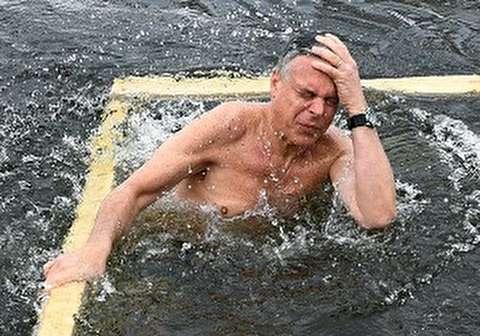 السفير الأمريكي يغطس في مياه موسكو المتجمدة أسوة ببوتين!