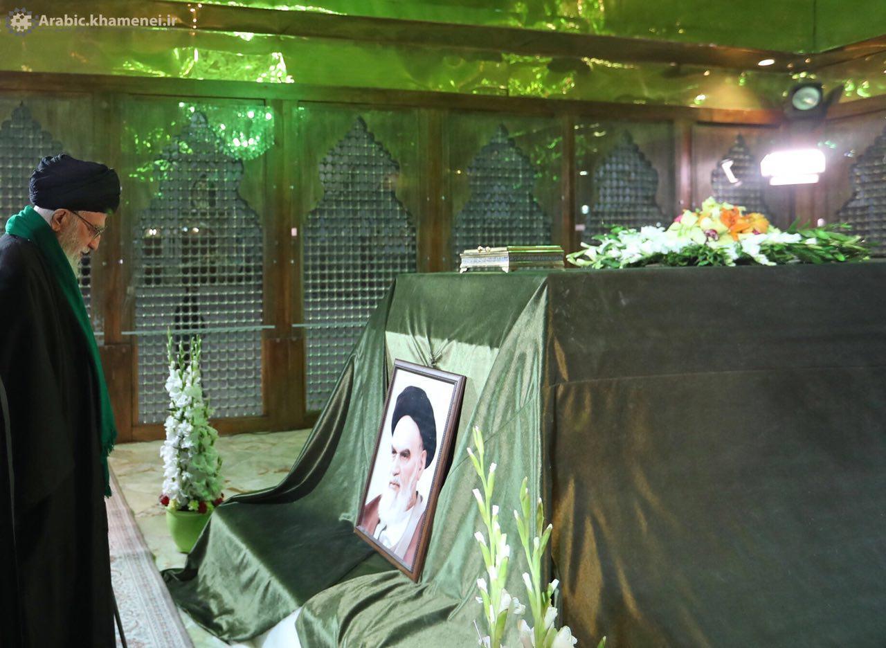 قائد الثورة يزور ضریح الامام الخميني الراحل (رض) ومقبرة الشهداء