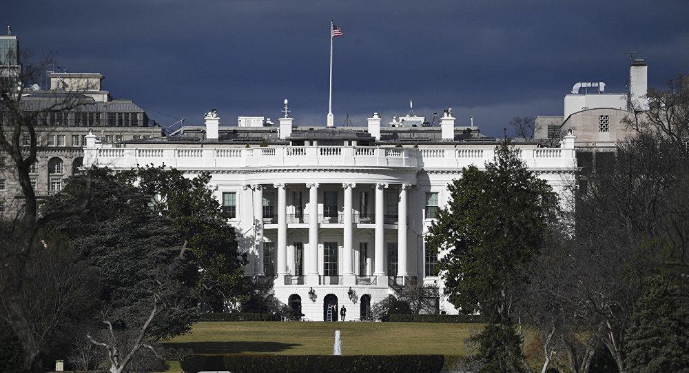البيت الأبيض يحظر موظفيه من استخدام الهواتف الشخصية
