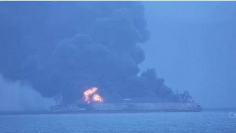 بعد يومين من تصادمها... استمرار اشتعال ناقلة النفط الإيراني فی بحر الصین
