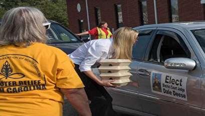 بالصور.. إيفانكا ترامب توزع الطعام في شوارع كارولينا
