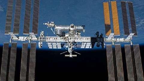 عودة رائدا الفضاء الروسيان بعد جولة في الفضاء المفتوح